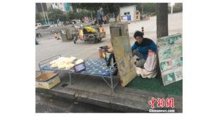 大陸河北省石家莊的一個年輕爸爸,為了籌兒子的醫療費,在街頭賣起玉米粉,引起該城市的人們紛紛捐贈愛心善款給他。(圖片來源:中國新聞網)