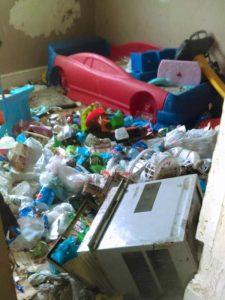 家中地板堆滿垃圾,居住環境極為恐怖。(圖片來源/翻攝自Courtney Lally臉書)