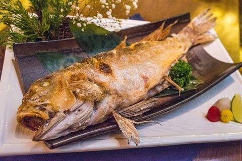 「塩烤當季深海鮮魚」使用當天巿場送來的漁獲,簡單清蒸微烤,其魚肉Q彈伴隨鮮甜的魚汁。(照片由店家提供)