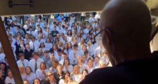 艾利斯專心的在窗邊聆聽學生為他獻唱詩歌。(圖片來源:翻攝Youtube)