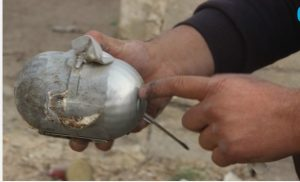 就是這銀色炸彈,讓女童誤以為是玩具而喪生。(圖片來源/翻攝自網路 )