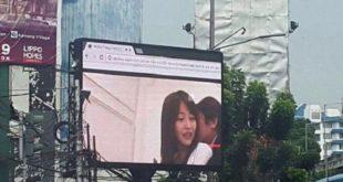 印尼雅加達南部,上週五一路邊廣告看板遭駭客入侵,播起了日本成人片。(圖片來源/翻攝自Prunamasari推特