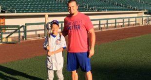 因為一張棒球門票讓患罕見疾病的坎貝爾,與芝加哥小熊隊外野手凱爾成為忘年之交。(圖片來源/翻攝自Campbell's Crew臉書)