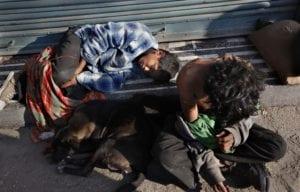 睡在街上的流浪兒,連一條保暖的棉被都沒有。(圖片來源/翻攝自網路)