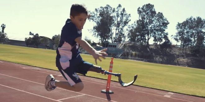 美國10歲男孩EzraFrech截肢後更投入運動,在殘障奧運中不斷突破紀錄。(翻攝網路)