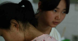 大陸一個家庭,因母親得了難治之病,反而引起家人之間的犧牲奉獻之愛,令人動容。圖為女兒照顧媽媽。(圖片來源:巴士的報)