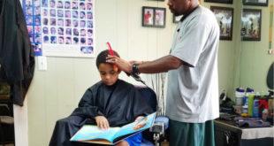 理髮店推出優惠方案,使孩子們在理髮時都樂意閱讀書籍。(圖片來源:http://www.npr.org/)
