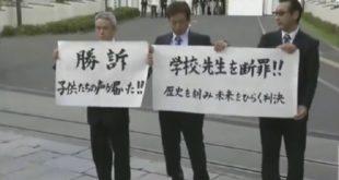三名 311死亡兒童家屬拿著海報,宣布勝訴。(圖片來源/翻攝自YouTube)