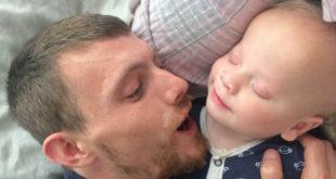 戴維斯患罕見無眼症,必須經歷多次手術復建,開朗笑容令人十分心疼。(圖片來源:http://www.dailymail.co.uk/)