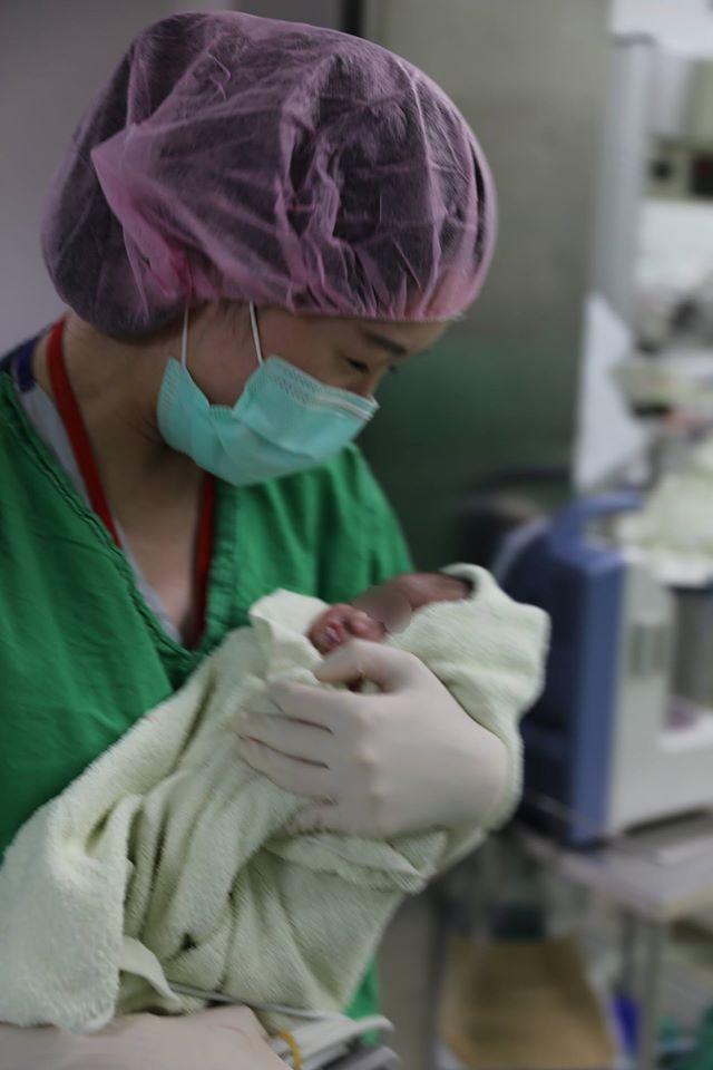 抱著努力搶救而來的新生命,醫療人員欣喜動容。(圖片來源:施景中臉書)