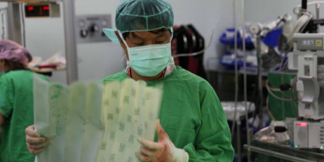 台大重症婦產科施景中和他的團隊,昨日不計一切代價開刀救助一名貧困的孕婦生產。(圖片來源:施景中臉書)