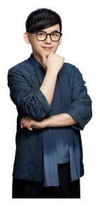 黃子佼穿上帥氣日式服裝拍攝平面照,不料卻被助理提醒「縮小腹」。(圖片來源:寶島眼鏡提供)