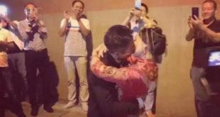 大陸這對新人在隧道中舉行婚禮儀式後擁吻。(圖片來源:http://yynews.cnnb.com.cn/)