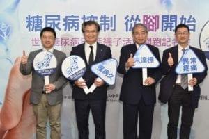 洪乙仁、杜思德醫師、蔡世澤醫師、李俊泰醫師共同呼籲DPNP自我檢測3指標及宣佈藍襪子活動開跑。(圖片來源:糖尿病衛教學會)