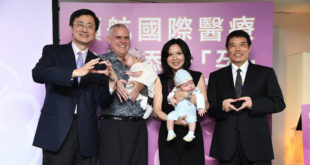 張小姐與外籍先生進行試管嬰兒後洗或龍鳳胎。(圖片來源:中華民國生育學會)