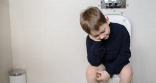 家長可以養成小孩「飯後蹲廁所」的習慣擺脫兒童便秘的狀況。(圖片來源:123rf)