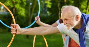 邊笑邊運動可以提高長者的運動意願,還能增進身心靈健康。(圖片來元:123rf)