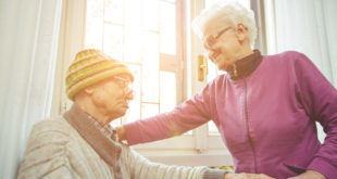 曾女士照顧帕金森氏症的先生二十餘年,一度絕望的她在家庭照護者關懷協會的支持下找回希望。(示意圖,圖非當事人。圖片來源:123rf)