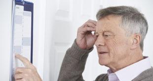 失智跟健忘兩者常被混淆,醫師指出失智的八大症狀,公家人進行判別。(圖片來源:123rf)