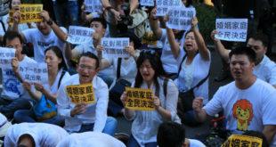 下一代幸福聯盟於立院旁抗議,有百位民眾趁隙衝入立法院,向委員表達召開公聽會的心聲。  圖片來源:風向新聞攝