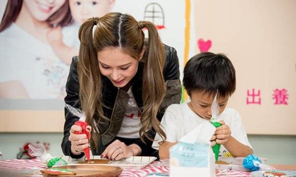 昆凌與孩子一同繪製糖霜餅乾,義賣所得將用作等家寶寶的基金。(照片由兒盟提供)