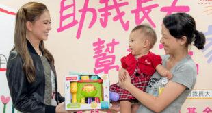 小寶寶佳佳代替昆凌認養的孩子「美美」接受助養媽咪準備的生日禮物。 (照片由兒盟提供)