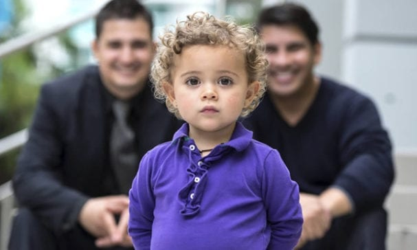 社學學科學家亞當斯在去年發表了「同性家庭小孩與異性家庭無異」的研究結果。(圖片摘自stream)