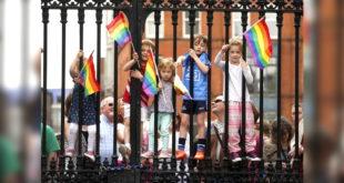 在同性伴侶家庭長大的福斯特以親身案例告訴社會大眾,一夫一妻的家庭是孩子的保障。(照片摘自紐約郵報)