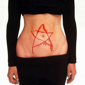 藝術家阿布拉莫維奇曾在表演中,用剃刀在自己的腹部畫出五芒星。(圖片來源/翻攝自網路)