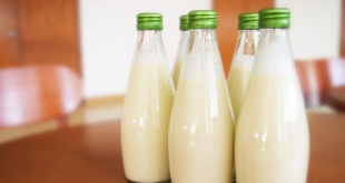 坊間有「全脂乳品易讓膽固醇上升?」的一說,然而專家認為高油、高糖的飲食影響更大。(圖片來源:擷取自網路)