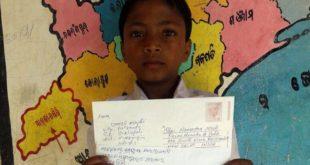 10歲男童馬德西(Unmesh Madhi)寫來的親筆給印度總理求救,「親愛的總理,我們村里的孩童全都快死了!」要求政府能救救他們!(翻攝網路)