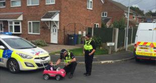 英國警察在執勤之於,幽默的對好奇的女嬰莉莉進行酒測。(圖片來源:facebook/Cheshire Police)