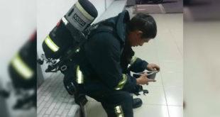 義消挺身救災,卻遭員警開單諷「誰要你支援」,著全裝掏皮夾的身影被拍下po上網,引發網友熱議。(翻攝爆料公社)