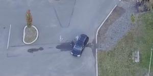 無人機拍攝到其妻上車畫面。(圖片來源/翻攝自YouYube)