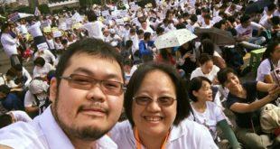 牧師趙曉音(右)則是在臉書大方秀出她自己跟網路同志名人「四叉貓」的合照,還原當天的事實。(翻攝臉書)