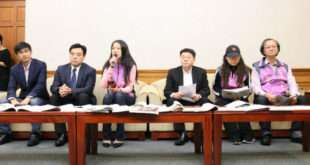 數個家長團體2日召開記者會,針對性平教育中,容易混淆男女性別意識型態的教材抗議。  圖片來源:陳得安攝