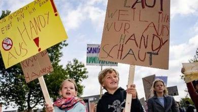 Photo of 「陪我玩!別再玩手機!」德7歲男童發起抗議父母放下手機 150童上街響應