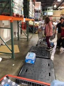 加州超市瓶裝水被搶購一空(圖/翻攝臉書)