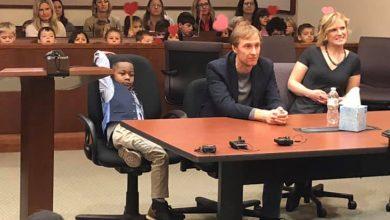 Photo of 美5歲男童聖誕節前正式被收養 邀全班36名同學到法院同見證