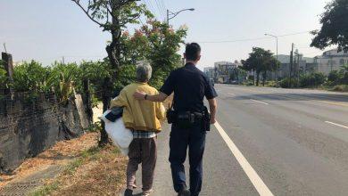 Photo of 白髮老媽媽蹲路邊抱棉被說要給兒子保暖 暖警送回家才知兒子剛過世