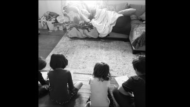 Photo of 美老爸想出「人體模特」妙招 4孩乖乖坐好媽笑歪了!