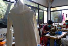 Photo of 不捨醫護人員穿雨衣上陣 印尼暖心裁縫轉行做「防護衣」