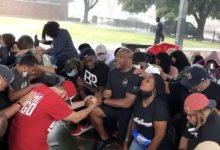 Photo of 白人代表警下跪求黑人原諒握手和解 網:感動到淚崩!