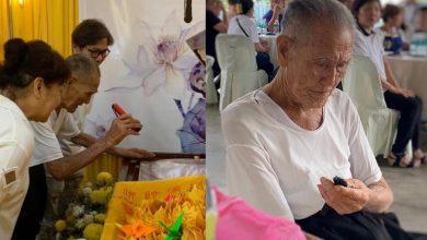 Photo of 動容!94歲爺爺自備手電筒只為看愛妻最後一面 網不捨淚崩