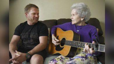 Photo of 超有愛!91歲失智奶奶彈吉他與兒子合唱 兒:唱歌彷佛她回到我身邊