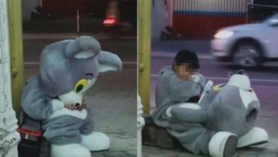 Photo of 9歲男童穿布偶裝「每天走10公里」賺錢分攤家計 疲憊蹲路邊…網揪心不捨